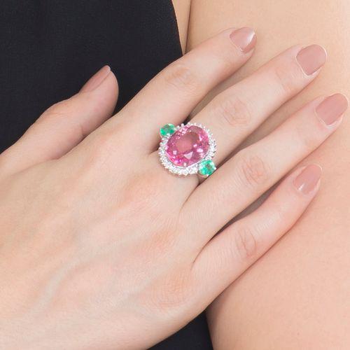 Anel turmalina rosa, esmeraldas colombianas e brilhantes