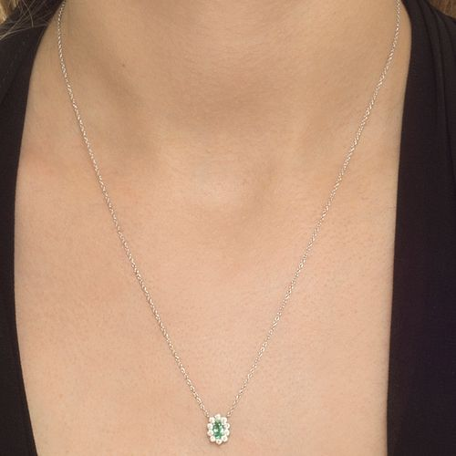 Colar esmeralda oval e brilhantes